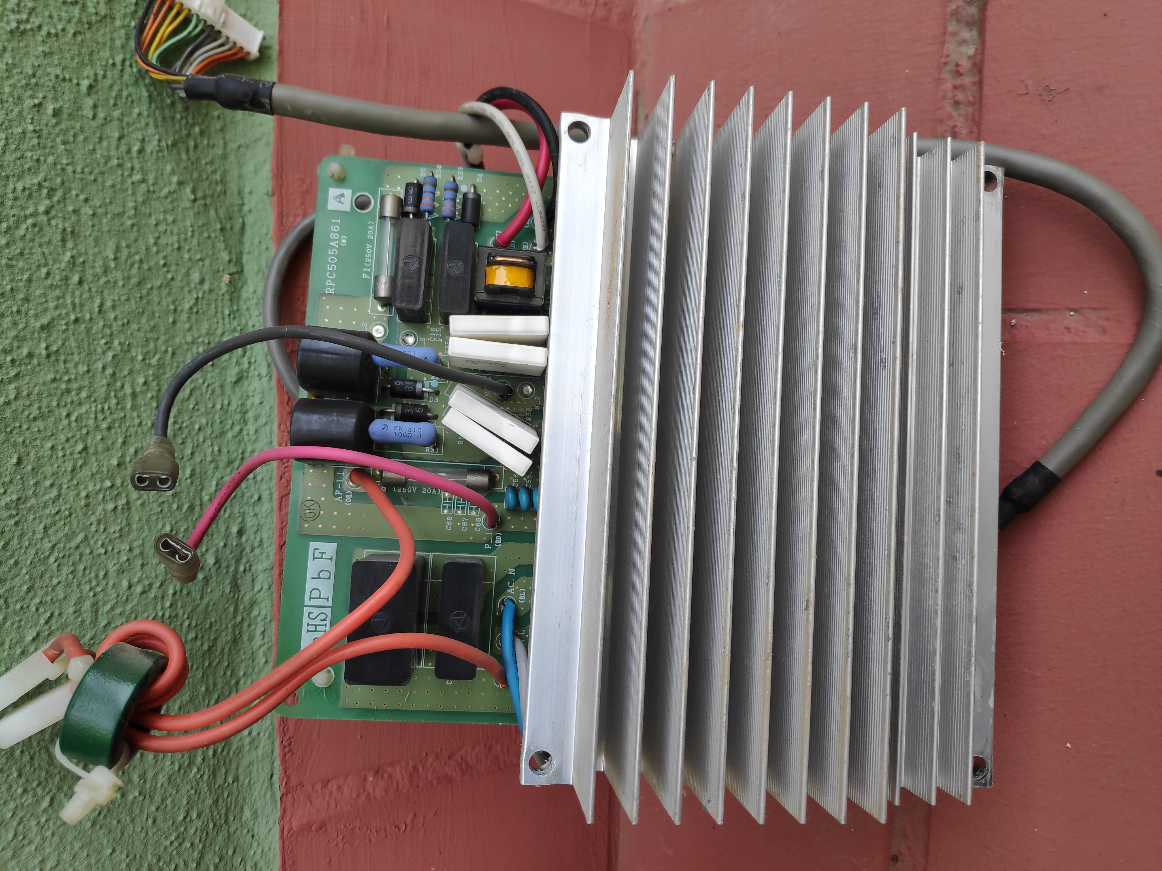 sustitución de la placa inverter de una máquina de aire acondicionado en Sevilla